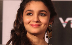 Cute Smile of Famous Bollywood Actress Alia Bhatt HD Wallpaper