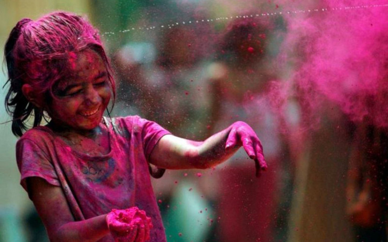 Download Best Cute Child Plying Holi Hd Wallpaper Wallpapers
